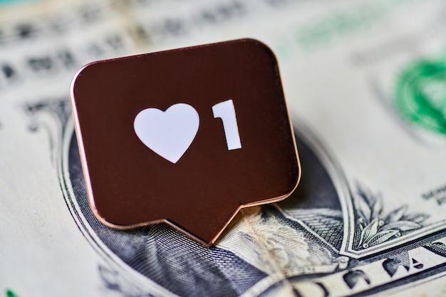 Como el símbolo del corazón en el dólar. como botón de signo, símbolo con corazón y un dígito. compra seguidores para marketing en redes sociales. concepto de precio barato.