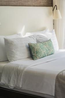 Cómoda almohada blanca en el interior de la decoración de la cama