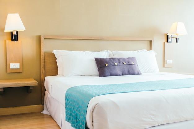 Cómoda almohada en la cama Foto gratis