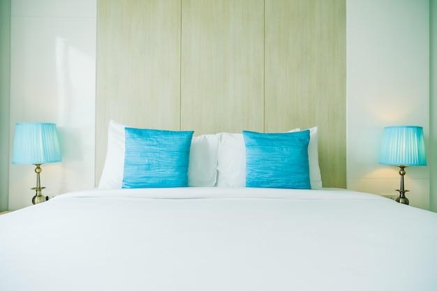 Cómoda almohada en la cama
