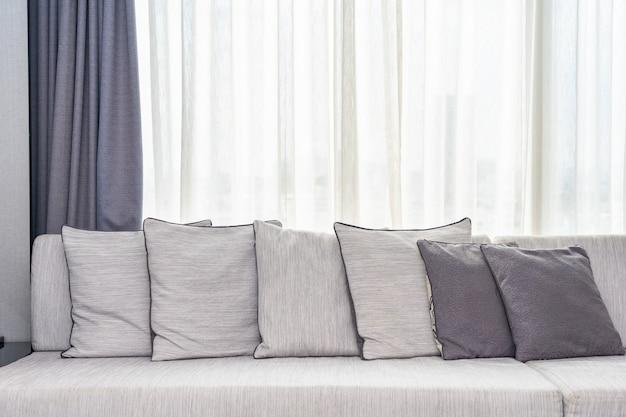 Cómoda almohada en el interior de la decoración del sofá