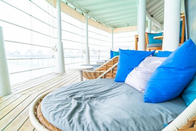 Cómoda almohada en el patio exterior del sofá