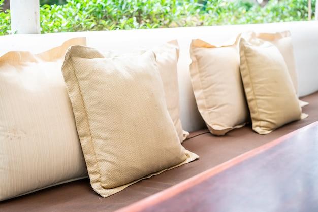 Cómoda almohada en patio exterior