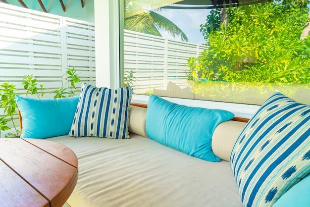 Cómoda almohada en silla de patio