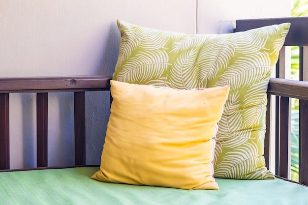Cómoda almohada en el sofá silla decoración al aire libre