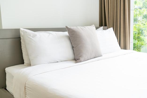 Cómoda decoración de almohadas en la cama en el dormitorio
