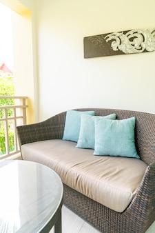 Cómoda decoración de almohadas en la silla del patio en el balcón