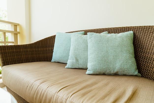 Cómoda decoración de almohadas en una silla de patio en el balcón