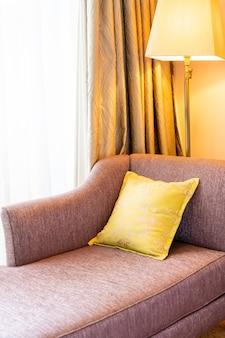 Cómoda decoración de almohadas en el sofá cama