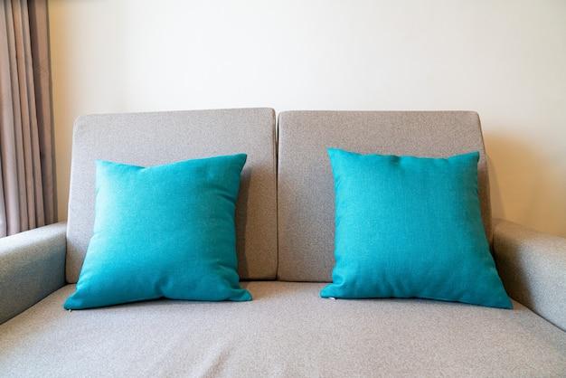 Cómoda decoración de almohadas en el sofá de la sala de estar