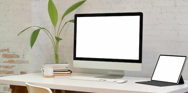 Cómoda sala de oficina con computadora portátil con pantalla en blanco