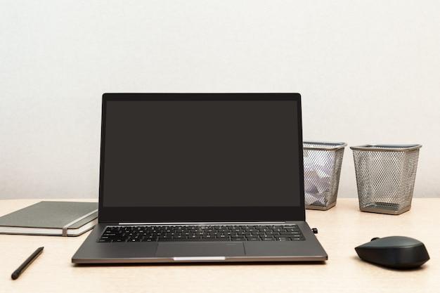 Cómodo espacio de trabajo para estudiantes, oficinistas, autónomos. escritorio para capacitación en línea, trabajo remoto, trabajo desde casa.