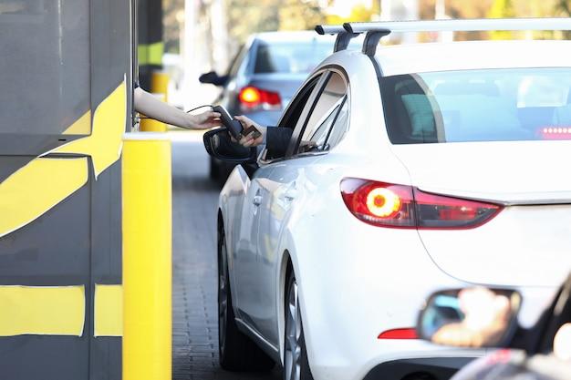 Cómodo pago desde el automóvil, conduzca a través del sistema.