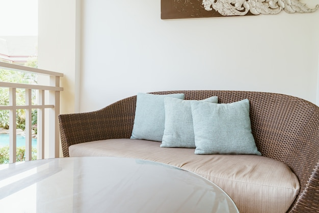 Cómodo sofá con almohadas