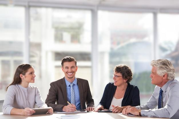 Compañero de trabajo en equipo con éxito empleado pareja