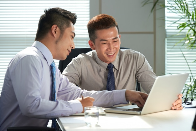 Compañero de trabajo con reunión