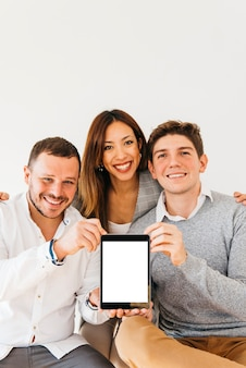 Compañeros alegres presentando nuevo dispositivo