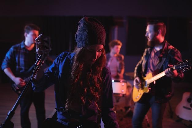Compañeros de banda actuando juntos
