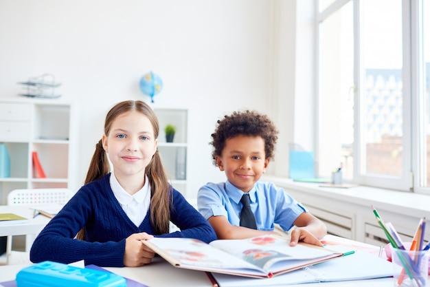 Compañeros de clase en la clase de lectura
