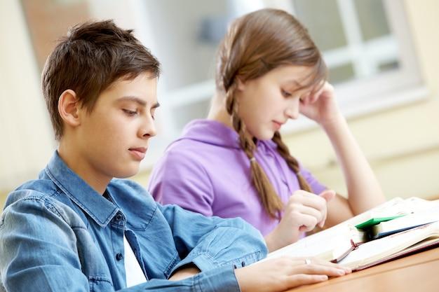 Compañeros de clase estudiando para un examen importante