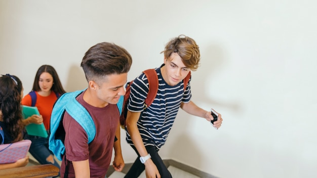 Compañeros de clase subiendo las escaleras