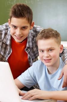 Compañeros de clase trabajando con el ordenador
