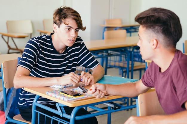 Compañeros del colegio charlando en clase