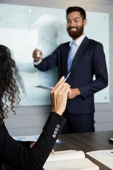 Compañeros de coworking en presentación comercial