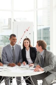 Compañeros de trabajo internacionales sentados en una mesa de conferencias