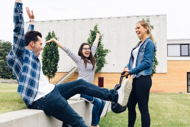 Compañeros divirtiéndose afuera