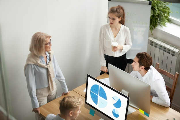 Compañeros del equipo de la compañía, colegas que hablan sobre el concepto de intercambio de ideas, colaboración y trabajo en equipo.