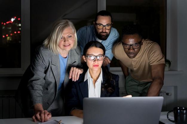 Compañeros de equipo de negocios trabajando hasta tarde en la oficina.