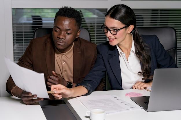 Compañeros de equipo de negocios trabajando hasta tarde