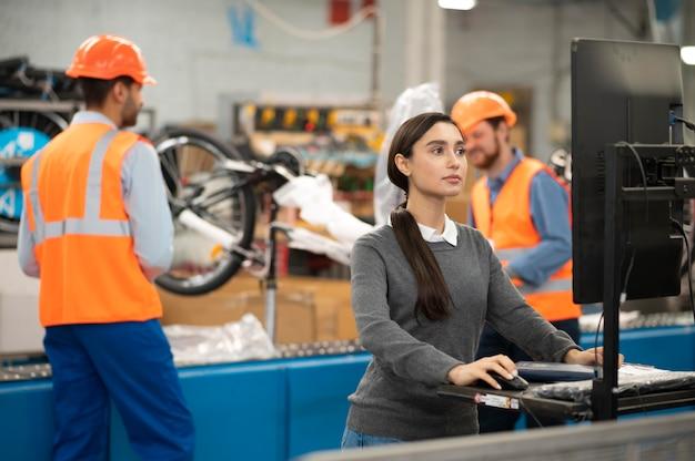 Compañeros en equipos de seguridad en el trabajo