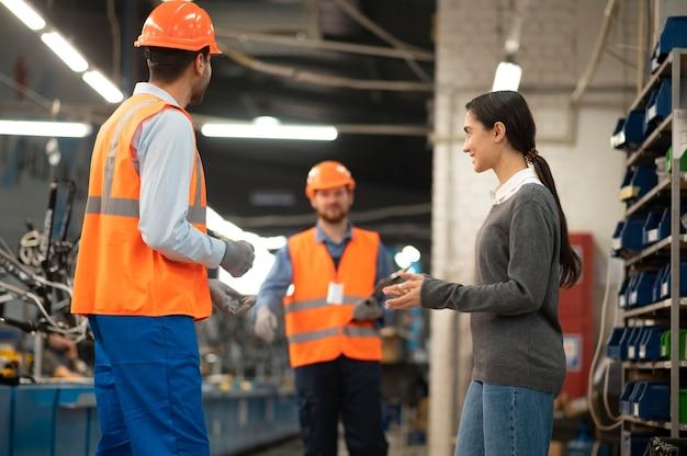 Compañeros hablando en el trabajo en interiores