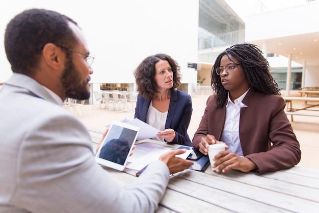 Compañeros interraciales discutiendo acuerdo