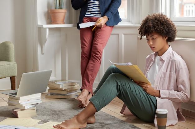 Compañeros multirraciales involucrados en el trabajo empresarial