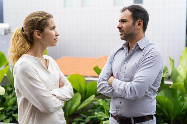 Compañeros de negocios serios discutiendo sobre proyecto