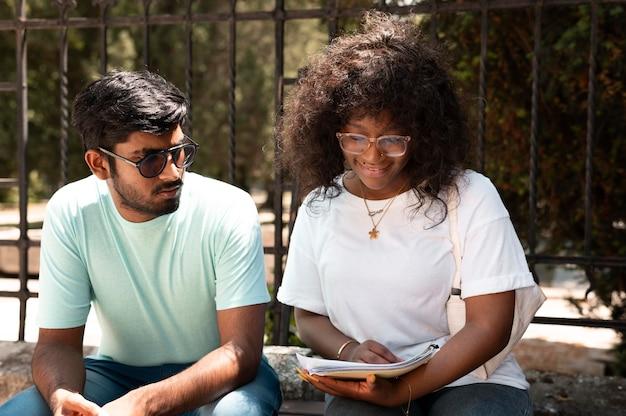 Compañeros que estudian juntos para un examen universitario