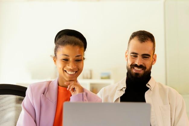 Compañeros que tienen una reunión en línea para trabajar