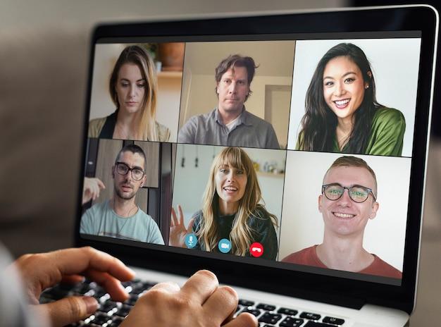 Compañeros que tienen una videoconferencia durante la pandemia de coronavirus
