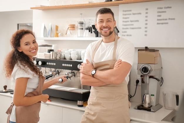 Compañeros que trabajan en la cafetería moderna