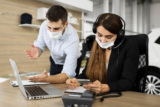 Compañeros que trabajan juntos en la oficina.