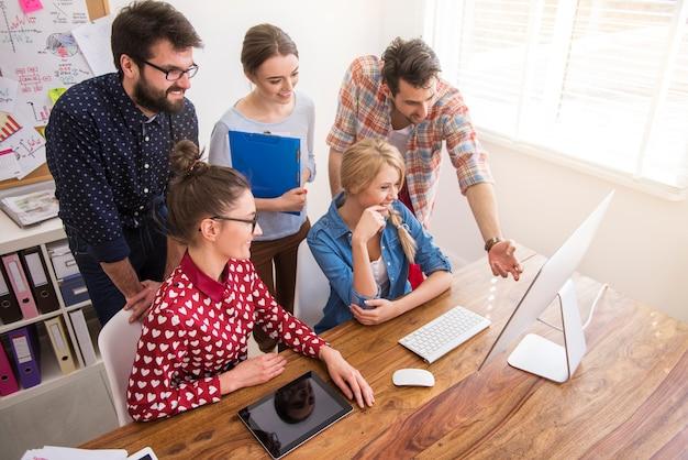 Compañeros que trabajan en la oficina en un ambiente relajado