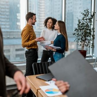 Compañeros sonrientes en la oficina durante una reunión