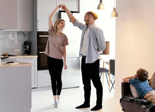 Compañeros de tiro completo bailando en casa