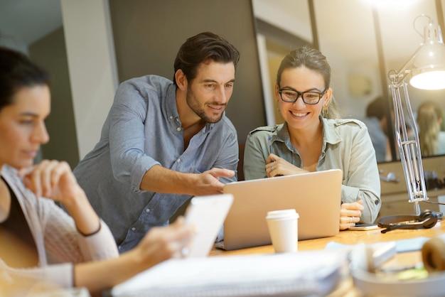 Compañeros trabajando ideas de negocios en un espacio de trabajo moderno.