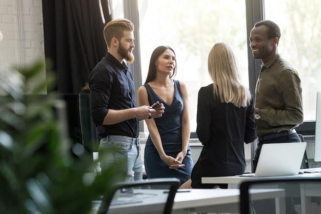 Compañeros de trabajo de agencias creativas discuten nuevo proyecto