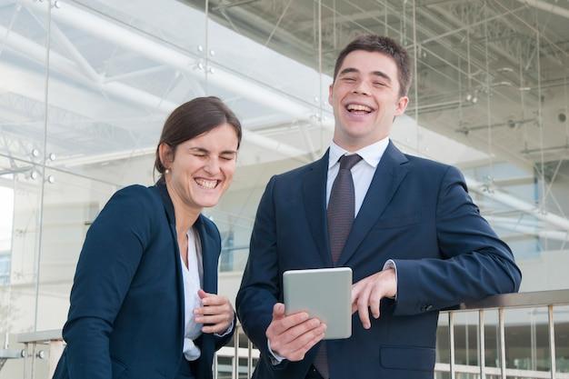 Compañeros de trabajo alegres que charlan durante las vacaciones