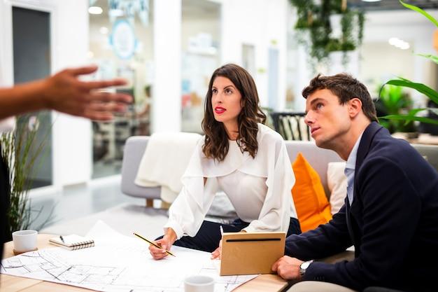 Compañeros de trabajo de alto ángulo reunidos en la oficina